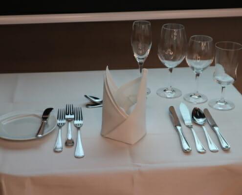 Gedeckter Tisch im Kniggeseminar von Kniggebenefit